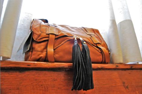 UTERQÜE- 什么角度都好看的 spanish leather bag, 还非常耐用,陪我上山下海环游世界(泡过海水还很健康)