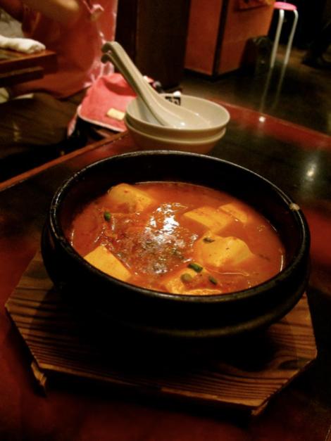 泡菜汤?只是知道是热汤,主菜上桌前先暖暖肚