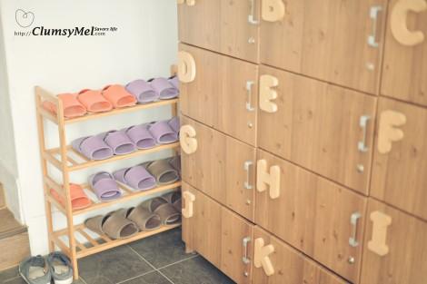 門後的玄關,每間房間配有一個鞋櫃,我們住在房間  I