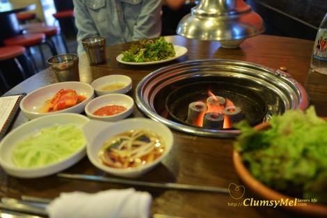 這圓柱形的火炭好猛,肉類只消烤個幾分鐘就熟透了。