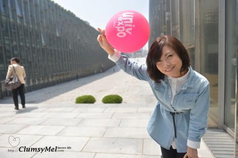 隨手撿起地上的開放日的紅色鮮艷氣球,呈現出活潑的早夏氛圍,好似年輕了一大圈!