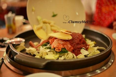 點菜後沒多久侍應生就拿來一碟食材倒在面前的大鐵盤上。