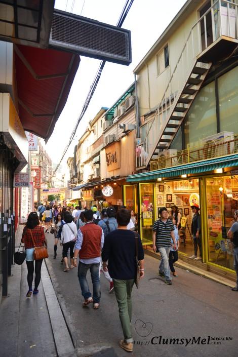 捧著畫離開自由市場後,就在弘大周邊的服飾店逛逛