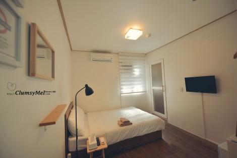 舒適的白溜溜的氣質房間。