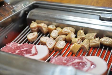 待烤熟的烤肉